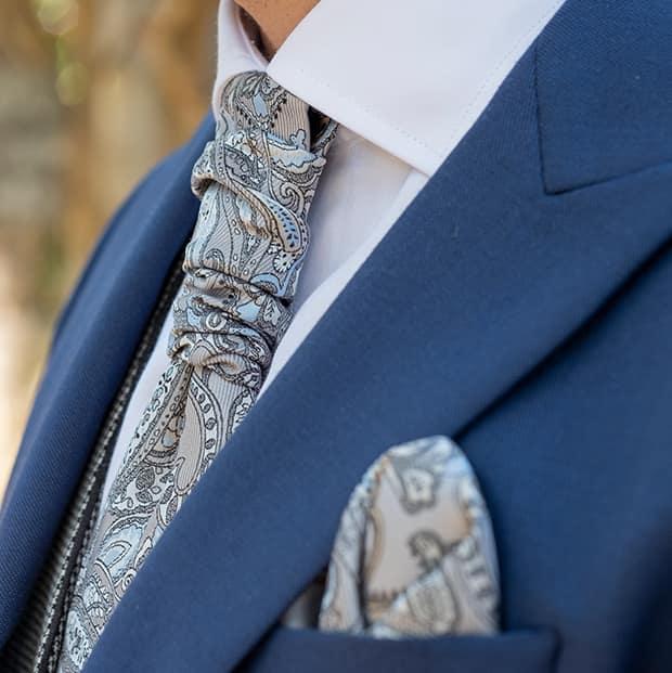 einstecktuch passend zur krawatte und blauem anzug