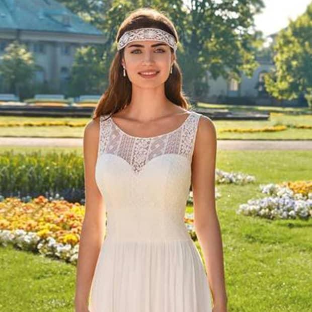 junge braut im vintage brautkleid mit haarschmuck im park