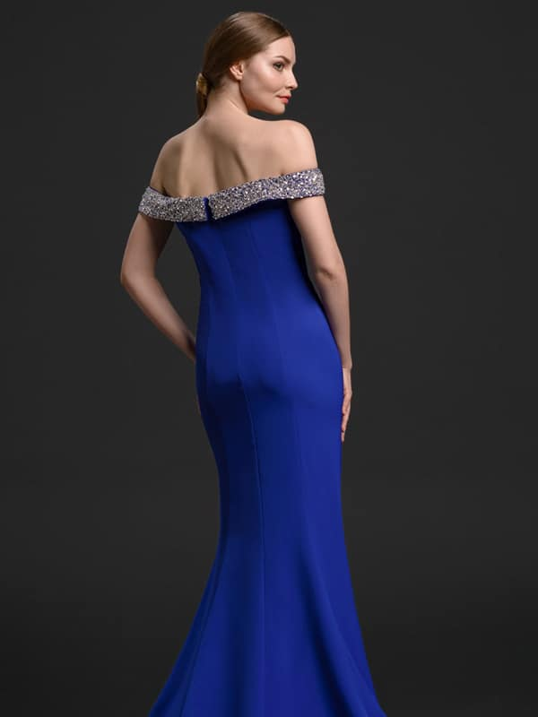 junge frau in elegantem rueckenfreien blauem kleid