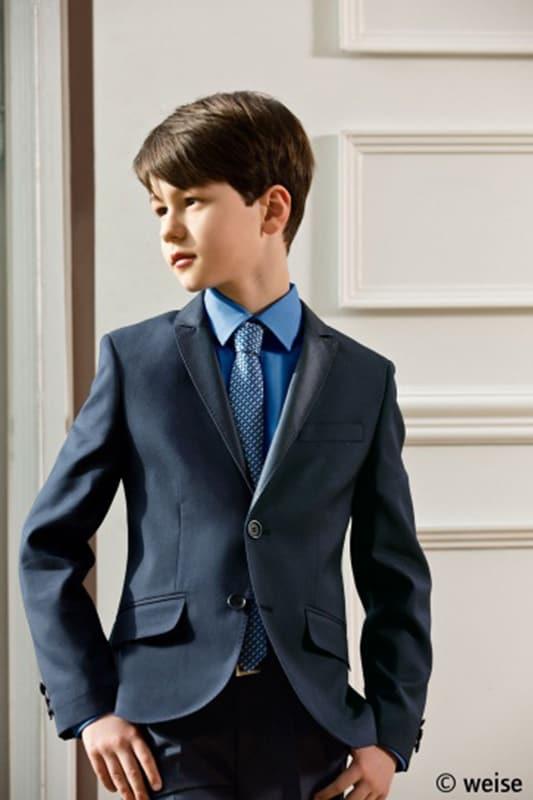 junges kind in eleganter kommunions mode vom haus der braut und gentleman 8