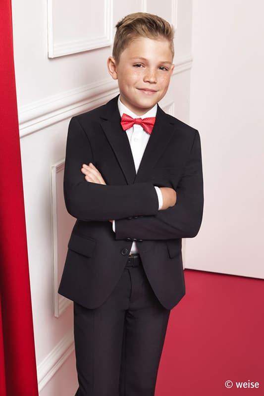 junges kind in eleganter kommunions mode vom haus der braut und gentleman 9