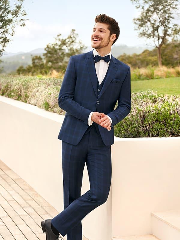 lachender mann in blau kariertem anzug